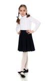 Una niña en un vestido blanco y una falda oscura Foto de archivo libre de regalías