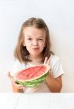 Una niña es una sandía, croares, risas, humor, emociones, come la sandía Fotos de archivo