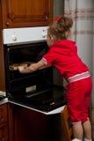 Una niña está cocinando Foto de archivo libre de regalías