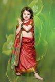 Una niña está en el vestido indio nacional Foto de archivo