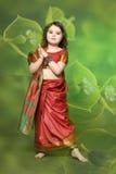 Una niña está en el vestido indio nacional Imagen de archivo