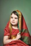 Una niña está en el vestido indio nacional Fotografía de archivo libre de regalías