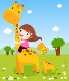 Una niña está resbalando abajo del cuello de una jirafa Fotografía de archivo libre de regalías