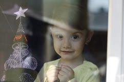 Una niña linda que espera la Navidad imagenes de archivo