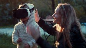 Una niña linda que mira historieta de 360 grados almacen de video