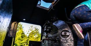 Una niña que juega cerca de una cabina del tren Tiro conceptual para el peligro o las situaciones peligrosas Fotografía de archivo libre de regalías
