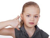 Una niña que me hace una llamada gesto Foto de archivo libre de regalías