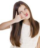 Una niña que me hace una llamada gesto, contra el backgrou blanco Fotos de archivo