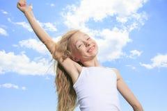Una niña sonriente en la camiseta en blanco blanca Fotografía de archivo