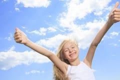 Una niña sonriente en la camiseta en blanco blanca Foto de archivo