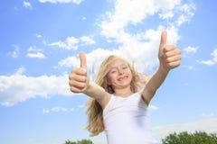 Una niña sonriente en la camiseta en blanco blanca Imagenes de archivo