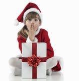 Una niña surpraised y presentes de Navidad Foto de archivo libre de regalías