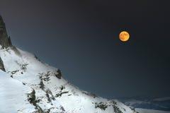 Una noche en las montañas imagen de archivo