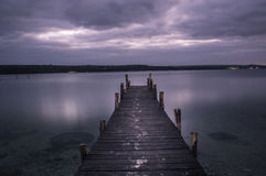 Una noche sola, un lago imagenes de archivo