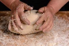 Una nonna della donna anziana sta impastando una pasta per la cottura del pane fotografie stock libere da diritti