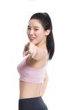 Una nostalgia asiatica felice e sicura dello studio del ` s dell'insegnante di yoga alzando il suo pollice Fotografie Stock