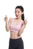 Una nostalgia asiatica felice e sicura dello studio del ` s dell'insegnante di yoga alzando il suo pollice Immagine Stock