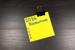 una nota appiccicosa di 2016 risoluzioni su fondo di legno Immagini Stock