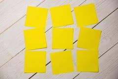 Una nota de post-it amarilla fotos de archivo