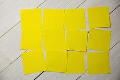 Una nota de post-it amarilla imagen de archivo
