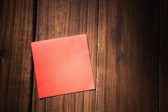 Una nota de post-it roja foto de archivo