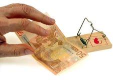 Una nota del euro cincuenta puesta en una ratonera foto de archivo libre de regalías
