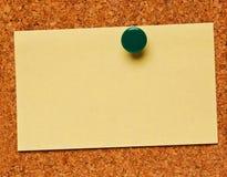 Una nota sobre una tarjeta del corcho Fotos de archivo