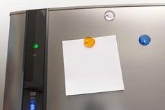 Una nota su un frigorifero fotografie stock