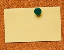 Una nota su una scheda del sughero Fotografie Stock