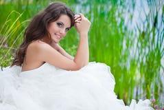 Una novia en el campo Imagenes de archivo