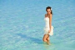 Una novia en el mar Foto de archivo