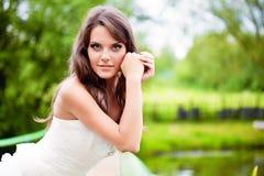Una novia en la naturaleza Imágenes de archivo libres de regalías