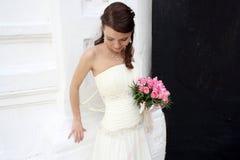 Una novia encantadora mira abajo Fotos de archivo libres de regalías