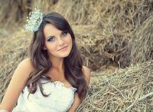 Una novia está en la naturaleza Fotografía de archivo