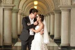 Una novia hermosa y un novio hermoso en la iglesia cristiana durante la boda. Imagenes de archivo