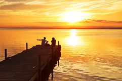 Una novia y un novio en el lago Imagen de archivo