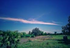 Una nube blanca fina larga fotografía de archivo libre de regalías