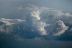 Una nube de cúmulo blanca grande, la tormenta se está acercando fotografía de archivo