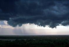 Una nube de tormenta negra sobre la ciudad fotos de archivo