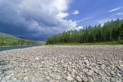 Una nube de tormenta sobre el río Fotos de archivo