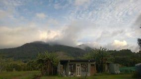Una nube que forma en los moutains Imagen de archivo libre de regalías