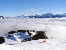 Una nube que llena encima del valle de la montaña Fotografía de archivo libre de regalías