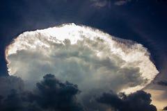 Una nube y una luz del sol grandes en el cielo parecen el UFO fotos de archivo libres de regalías