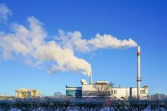 Una nueva central de calefacción moderna de la cogeneración del gas con alto rendimiento energético termal imagenes de archivo