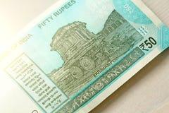 Una nuova banconota dell'India con una denominazione di 50 rupie Valuta indiana L'altro lato, la biga di Hampi fotografie stock libere da diritti