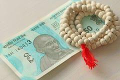 Una nuova banconota dell'India con una denominazione di 50 rupie Valuta indiana Mahatma Gandhi e rosario, perle dell'albero di Tu immagine stock libera da diritti