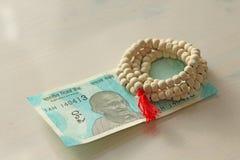 Una nuova banconota dell'India con una denominazione di 50 rupie Valuta indiana Mahatma Gandhi e rosario, perle dell'albero di Tu fotografie stock libere da diritti