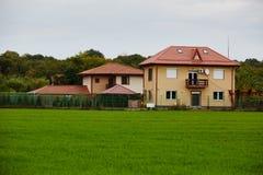 Una nuova casa costruita vicino alla foresta Fotografia Stock Libera da Diritti