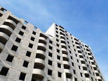 Una nuova costruzione multipiana vuota del mattone leggero pronta per l'incarico contro un cielo blu immagini stock