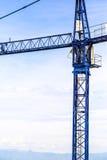 Una nuova costruzione sta costruenda con uso della gru a torre Immagini Stock Libere da Diritti